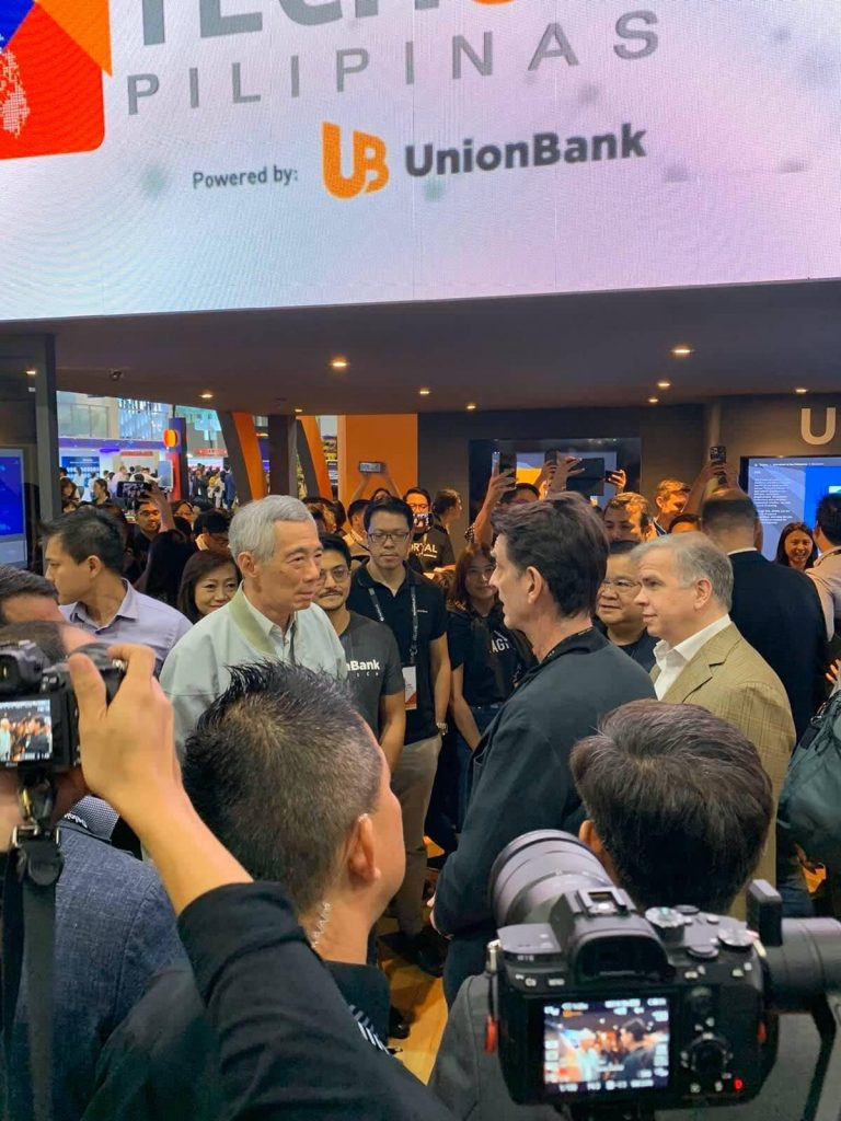 Singapore Prime Minister Lee Hsien Loong chats with UnionBank chairman Justo Ortiz as he made a stop at the UnionBank exhibition – the first booth he visited at the SFF. With them are UnionBank president and CEO Edwin Bautista, UBX president and CEO John Januszczak, Platform Development head Ramon Duarte, Human Resource head Michelle Rubio, Transaction Banking head John Cary Ong and Fintech Business Group head Arvie de Vera.